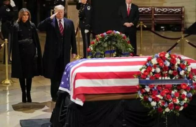 Il presidente Usa Donald Trump e la moglie Melania rendono omaggio alla bara di George H. W. Bush.