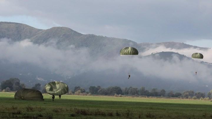 Operazione di guerra condotta da paracadutisti della Folgore che atterrano sul campo (ph. Ministero della Difesa).