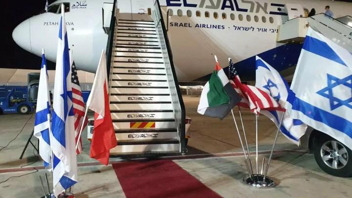 Bandiere di Israele, Usa, Bahrein e Emirati Arabi Uniti davanti all'aereo del primo ministro israeliano Benjamin Netanyahu arrivato in Usa per la firma degli storici accordi (Ph. Gili Cohen / Kann News / Twitter).