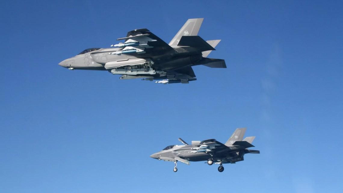 """Ieri, prima volta assoluta in Italia, missione addestrativa con un F-35A ed un F-35B del 13° Gruppo Volo del 32° Stormo di Amendola in configurazione """"Beast Mode"""". #F35 #AeronauticaMilitare"""