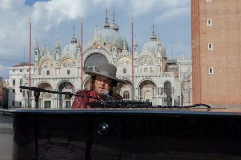 "Zucchero ""Sugar"" Fornaciari a piazza San Marco a Venezia)."