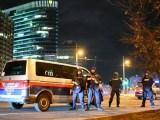 La polizia sul luogo dell'attacco terroristico a Vienna (ph. Ansa).