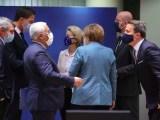 La presidente della Commissione europea Ursula von der Leyen e la cancelliera tedesca Angela Merkel parlano con i capi di stato Ue al summit di due giorni a Bruxelles il 10 dicembre 2020 (Ph. EPA / Olivier Matthys / Pool).