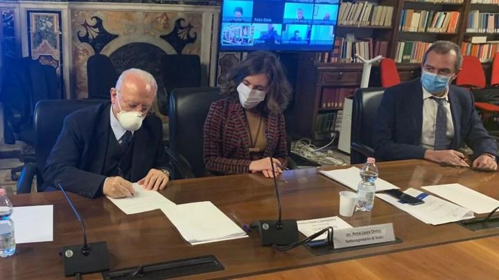 La firma del Contratto di sviluppo per il Centro storico di Napoli: il presidente De Luca e il sindaco De Magistris.