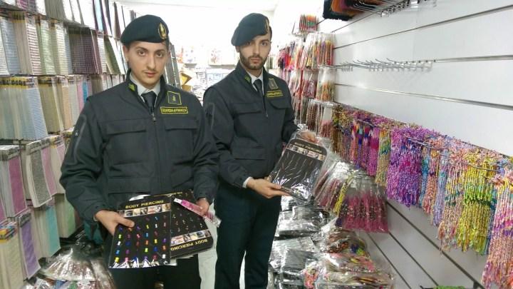 """Milioni di prodotti non sicuri (tra cui 800 mila giocattoli) sequestrati dalla Guardia Di Finanza di Torino nell'Operazione """"Befana sicura"""". #GuardiaDiFinanza #Operazione #BefanaSicura #Befana #Sicura #Torino #Prodotticontraffatti"""