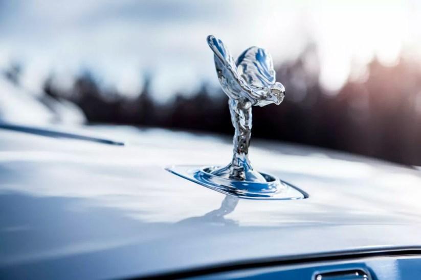 La statuetta Spirit of Ecstasy su una Rolls-Royce Dawn. Western Cape, South Africa (photo: James Lipman).