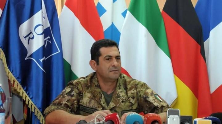 Il generale di divisione paolo Figliuolo in conferenza stampa prima di lasciare l'incarico di comandante della Missione Kfor XIX in Kosovo, il 23 luglio 2015 (ph. Ministero Difesa).
