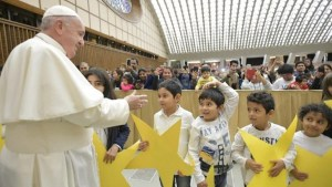 Francesco e i bambini assistiti dal Dispensario Santa Marta (Vatican Media)