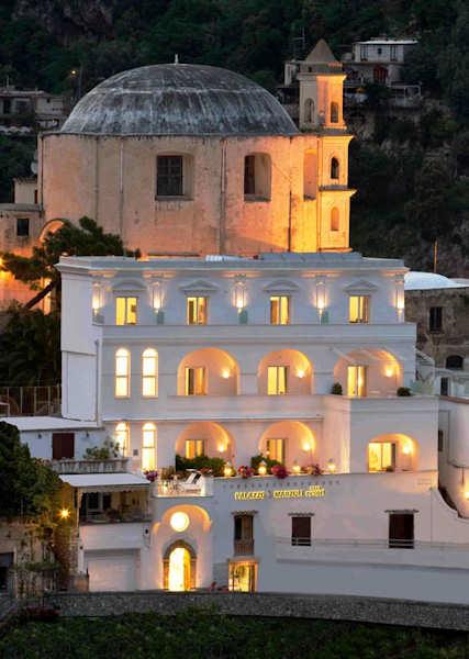La façade du palazzo Marzoli de nuit