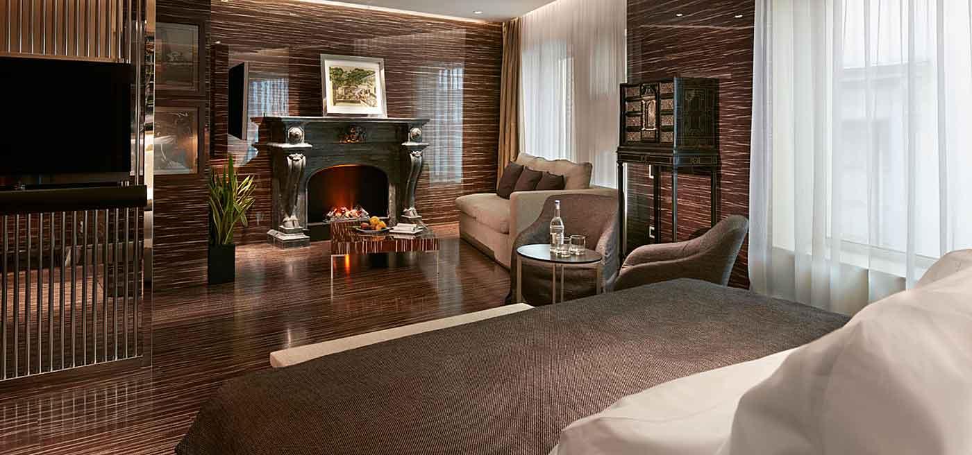 Romeo Hotel design Naples : Suite Penthouse avec cheminée, vue sur le golfe de Naples, le Vésuve et Capri