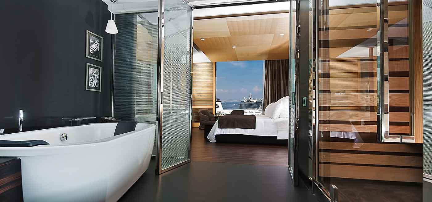 Hotel design Naples : Une chambre (vue de la salle de bain)