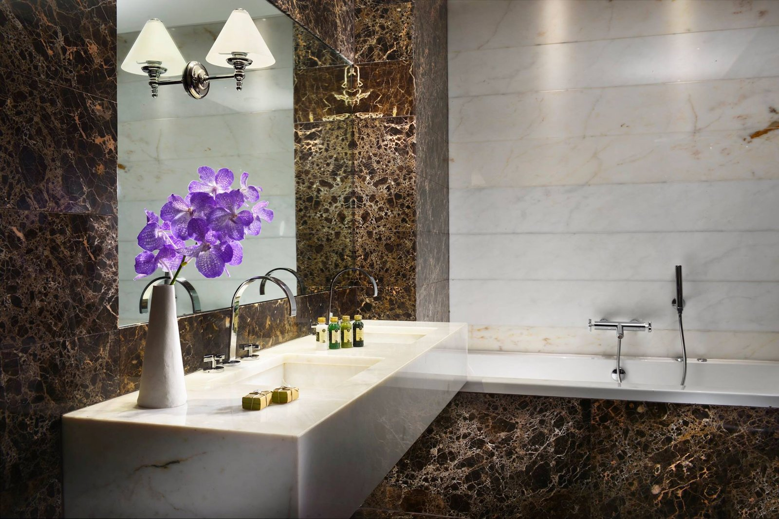 Salle de bain chambre prestige de l'hôtel The First Arte Rome