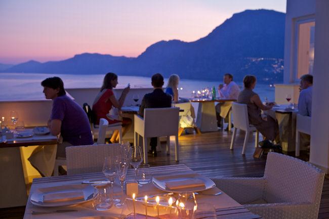 Dîner sur terrasse extérieure avec vue sur le coucher de soleil - Casa Angelina Praiano