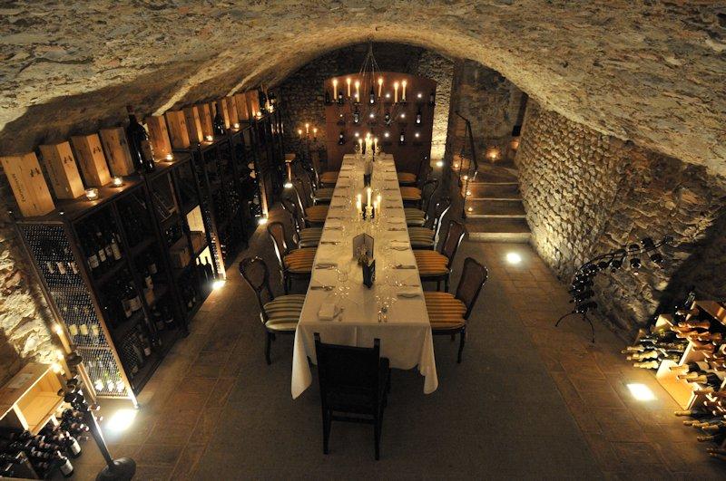 Restaurant dans la cave à vins