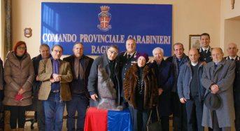 Ragusa. Alfio Nicolosi dona una sua scultura al comando provinciale dei Carabinieri