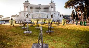 """Greenpeace in azione davanti all'altare della patria: """"l'Italia non si trivella"""""""