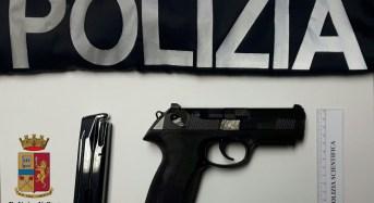 """Vittoria, il cane poliziotto """"Andy"""" fiuta una pistola rifornita di munizioni e pronta a far fuoco."""