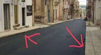 """Ragusa. lavori ripavimentazione via Sant'Anna Bene a metà, Ragusa in Movimento: """"Nella parte superiore l'asfalto ha ricoperto la zanella con le basole storiche"""""""