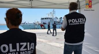 Ragusa, 392 migranti a bordo di 3 gommoni. Individuati 4 scafisti, uno è minore. (VIDEO)