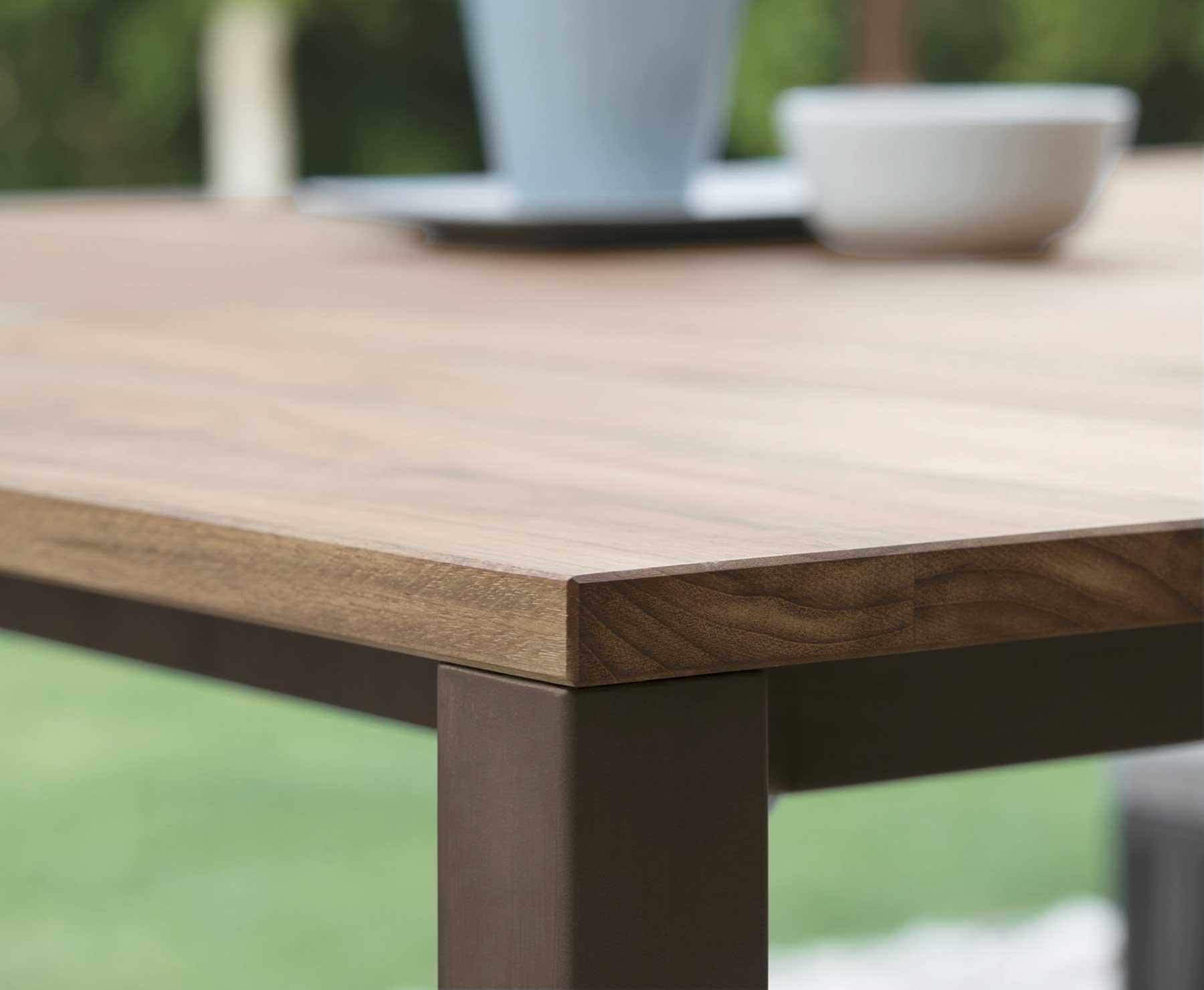 La scelta perfetta per tutti gli amanti del design minimalista e moderno! Santafe Garden Table In Iroko Wood Idd