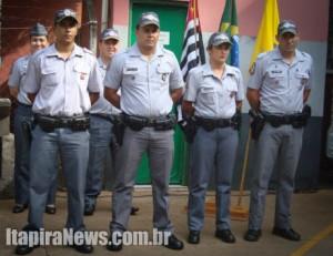 À frente, os PMs Vansan, Xavier, cabo Waldirene e Paschoalim: mérito reconhecido pelo Comando