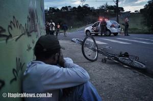 Homem chora ao ver morto o amigo a quem emprestou a bicicleta