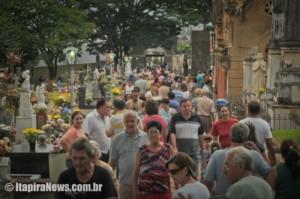Feriado de Finados movimenta cemitérios locais