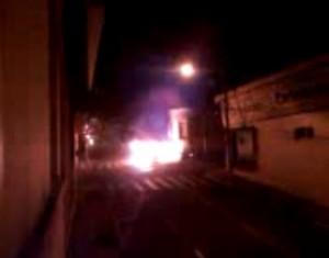 Imagens mostram carro pegando fogo. Clique para assistir (Reprodução)
