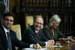 O secretário de Desenvolvimento Econômico, Ciência e Tecnologia, Rodrigo Garcia, o governador Geraldo Alckmin, e a diretora superintendente do Paula Souza, Laura Laganá (Edson Lopes Jr)