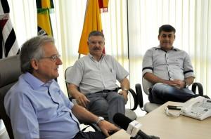 Caveanha (à esquerda) recebe presidente da Fórmula Foods, Marcos Roberto Nicolletti (ao centro), para anúncio de nova fábrica (Divulgação)