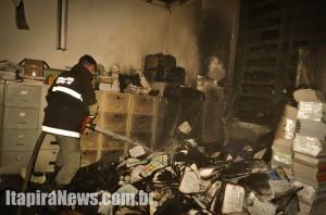 Defesa Civil conseguiu controlar as chamas, que destruíram parte dos materiais da escola