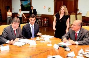 Observado por Alckmin, Paganini assina documentação para instalação da Fatec em Itapira