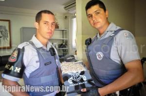 PMs Paulo e Roberto, da Rocam, apreenderam a droga