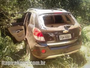 Um dos carros usados pelos criminosos, abandonado após a ação