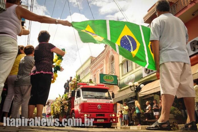 Ex-jogador foi homenageado por populares que se aglomeraram nas ruas