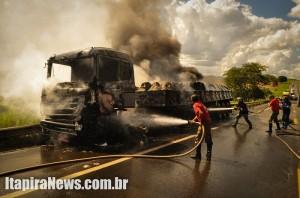 Caminhão pegou fogo e também ficou muito destruído