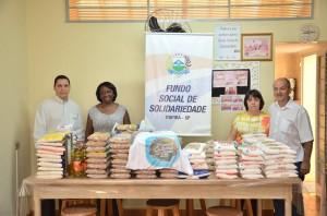 Representantes da Acei entregaram alimentos ao Fundo (Divulgação)