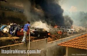 Dezenas de carros foram destruídos