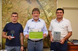 Martelli, Paganini e Oliveira com os prêmios recebidos (Divulgação)