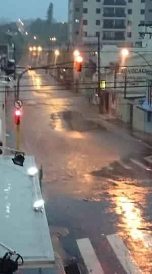 Rua Manoel Pereira ficou parcialmente alagada na altura do cruzamento com a XV de Novembro (Sônia Lopes Pinheiro/Divulgação)