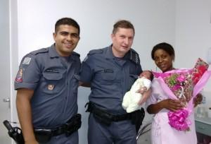 PMs com a mãe e o bebê após auxiliarem trabalho de parto (Divulgação/Polícia Militar)