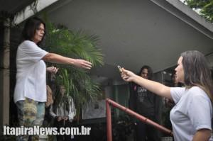 Solange recebe cadeado de portão das mãos de Vitória: fim da ocupação