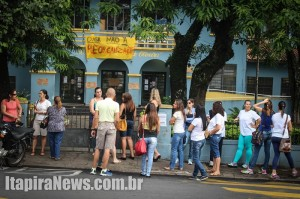 Profissionais se reuniram na escola para tentar retomar atividades