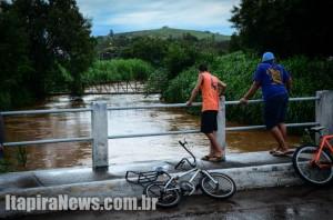 Ribeirão da Penha subiu rápido, mas não transbordou