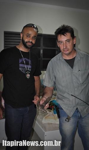 Investigadores Cássius e Daniel encontraram martelo usado como arma no crime