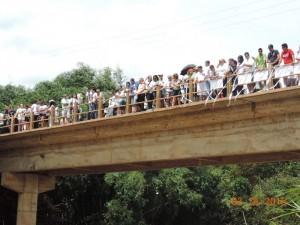 Grupo se reuniu em local de onde corpo teria sido arremessado em rio (Divulgação)