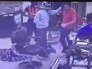 Assaltante chegou a agredir uma das vítimas (Reprodução)