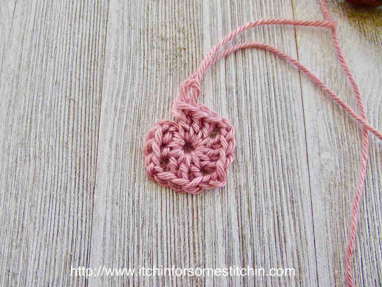 How to Crochet a Granny Square_round one by http://www.itchinforsomestitchin.com
