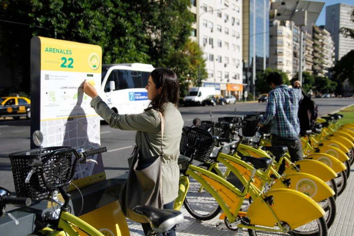 Taking out a bike from Ecobici's new docked system (Ciudad de Buenos Aires, Wikimedia Commons)