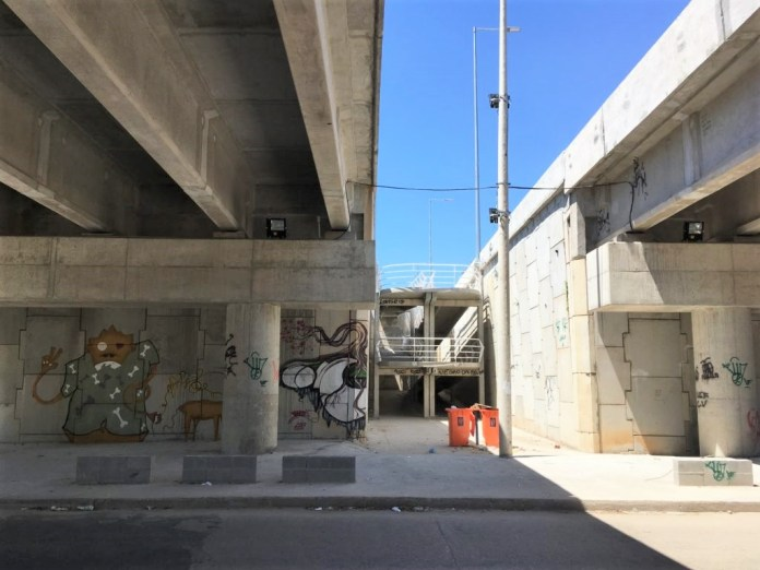 All access to the elevated expressway along the corridor follow the same pattern, between two viaducts, which project insecurity and reduce the attractiveness of the corridor.
